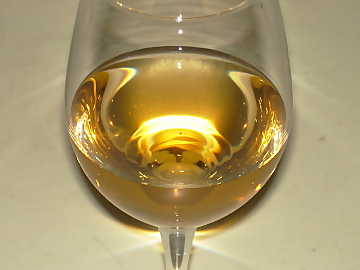 The aging in bottle gives mature white wines deeper and more intense colors, usually golden yellow or pale amber