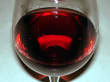 Pinot Noir vinified in red is characterized by a pretty high transparency and a moderate intensity of color