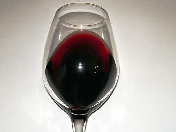 The appearance of Cannonau di Sardegna: intense and brilliant ruby red, a hue clearly visible in nuances as well
